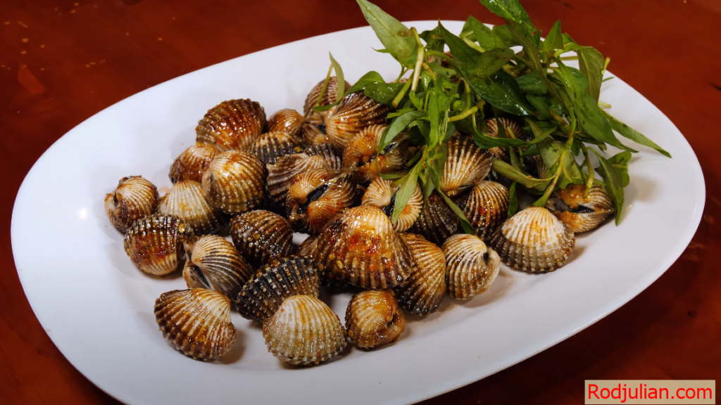 Fresh seafood – Delicious and attractive garlic burnt cockles!